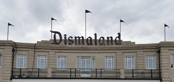 "Banksys ""Dismaland"" wird zu Flüchtlingsunterkunft"