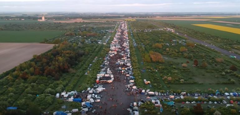 Gigantisches illegales Rave-Festival in Frankreich mit 60000 Besuchern